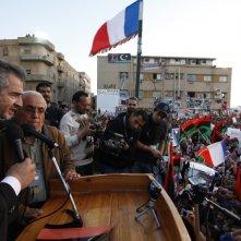 The Oath of Tobruk: il filosofo e giornalista Bernard-Henri Lévy durante il discorso in piazza a Tobruk in una scena del documentario da lui diretto