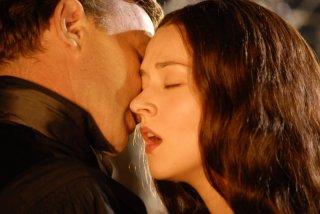 Thomas Kretschmann e Marta Gastini in una tenera scena di Dracula