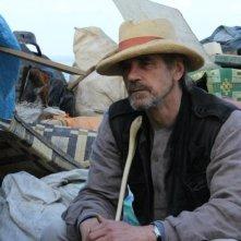 Trashed: Jeremy Irons in una scena del documentario sull'ambiente di Candida Brady