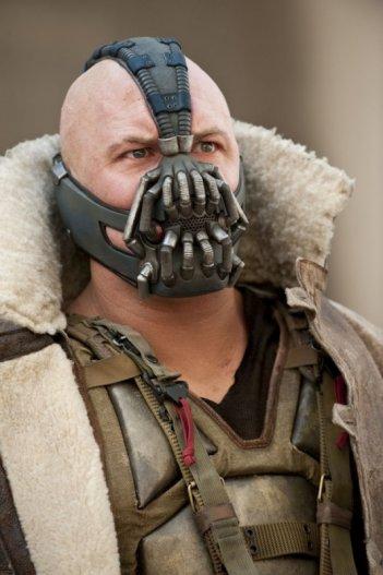 Un terrificante primo piano di Tom Hardy/Bane ne Il cavaliere oscuro - Il ritorno