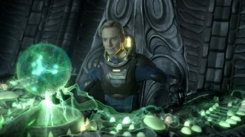 Prometheus: Michael Fassbender alle prese con una delle sue complesse apparecchiature in una scena del film