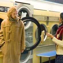 Simon Pegg e Amara Karan in lavanderia in A Fantastic Fear of Everything