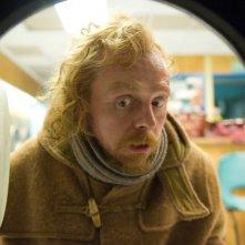 Un Simon Pegg assai terrorizzato scruta nell'obò della lavatrice in A Fantastic Fear of Everything