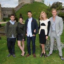 Biancaneve e il cacciatore: Charlize Theron, Kristen Stewart, Chris Hemsworth, Sam Claflin insieme al regista Rupert Sanders sullo sfondo del bellissimo Arundel Castle in West Sussex, Inghilterra