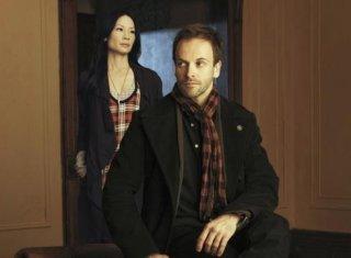 Jonny Lee Miller e Lucy Liu in un'immagine promozionale di Elementary