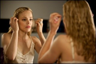 Rachel McAdams allo specchio in una scena di Passion