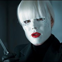 Rachel McAdams armata di maschera e stiletto in una scena di passion