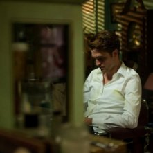 Cosmpolis: Robert Pattinson in una buia inquadratura del film