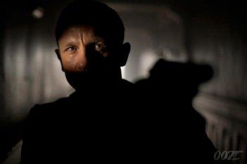 007 - Skyfall: Daniel Craig in una misteriosa scena del film