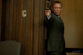 007 - Skyfall: Daniel Craig, nuovamente nei panni di James Bond, punta la sua pistola contro il nemico in una scena