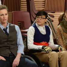 Jane Lynch, Naya Rivera e Dianna Agron in una scena di Props, della serie Glee