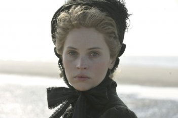 Un primo piano di Felicity Jones nei panni di Nelly Ternan, amante di Dickens, in The Invisible Woman