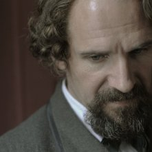Un primo piano di Ralph Fiennes nei panni di Charles Dickens in The Invisible Woman