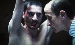 Paura: Lorenzo Pedrotti tenuto sotto scacco da Peppe Servillo in una scena del film