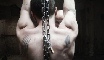 Paura: Lorenzo Pedrotti torturato da Peppe Servillo in una scena del film