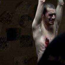 Paura: Lorenzo Pedrotti torturato in una spaventosa scena del film