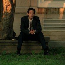 Adrien Brody in un momento di riflessione in una scena di Detachment - Il distacco