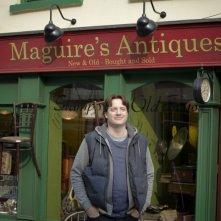 Brendan Fraser davanti al suo negozio in un'immagine di Whole Lotta Sole