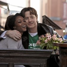 Brendan Fraser e Yaya DaCosta in una tenera immagine di Whole Lotta Sole
