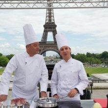 Chef: Jean Reno e Michaël Youn tengono una lezione di cucina sotto la Torre Eiffel in una scena del film