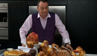 Chef: Jean Reno in compagnia di tanti prodotti dolciari di in una scena del film