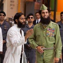 Il Dittatore: Jason Mantzoukas insieme al dittatore Sacha Baron Cohen in una scena del film