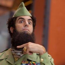Il dittatore: Sacha Baron Cohen è l'ammiraglio Aladeen in una scena del film