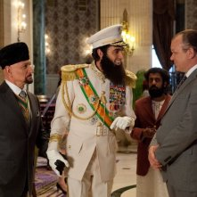 Il dittatore: Sacha Baron Cohen nei panni dell'ammiraglio Aladeen insieme a Ben Kingsley e John C. Reilly
