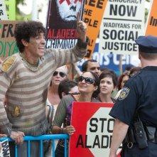 Il dittatore: Sacha Baron Cohen protesta nei panni del guardiano di bestiame Efawadh in una scena