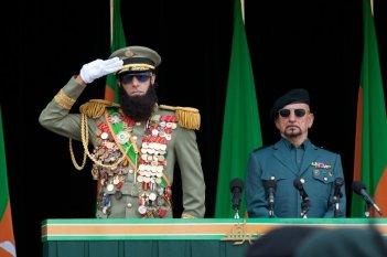Il dittatore: Sacha Baron Cohen sull'attenti con Ben Kingsley in una scena del film