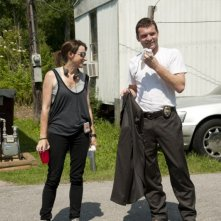 La regista Ami Canaan Mann insieme a Sam Worthington sul set de La paludi della morte