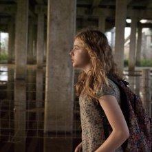Le paludi della morte: Chloe Moretz in una scena del film