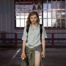 Le paludi della morte: lo sguardo profondo di Chloe Moretz in una scena del film