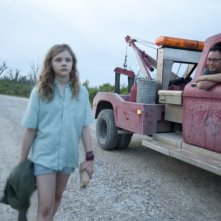 Texas Killing Fields: Stephen Graham molesta Chloë Moretz in una scena del film