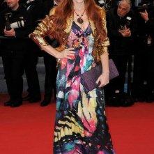 Cannes 2012: una colorata Phoebe Price sul red carpet, prima della premiere di Amour