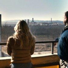 Chernobyl Diaries: i protagonisti guardano il desolante paesaggio in una scena del film