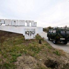 Chernobyl Diaries: l'arrivo del gruppo di amici a Chernobyl in una scena del film