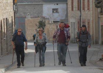 Il cammino per Santiago: gli instancabili protagonisti del film Martin Sheen, Deborah Kara Unger, James Nesbitt e Yorick van Wageningen in una scena