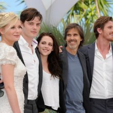 Kirsten Dunst, Kristen Stewart, Sam Riley, Garrett Hedlund e il regista di On the Road Walter Salles a Cannes