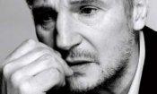 Liam Neeson passeggia tra le lapidi