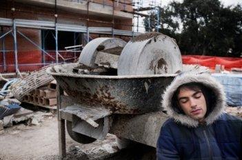 Qualche nuvola: Primo Reggiani dorme in piedi in una scena del film diretto da Saverio Di Biagio