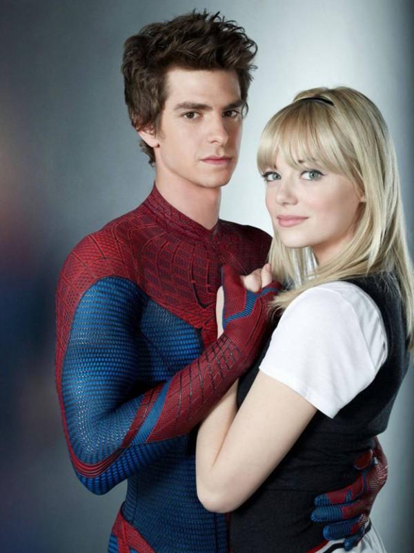 Andrew Garfield ed Emma Stone abbracciati in un'immagine di The Amazing Spider-Man
