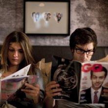 L'amore dura tre anni: Gaspard Proust con Elisa Sednaoui in una scena del film