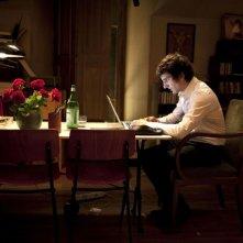 L'amore dura tre anni: Gaspard Proust in seduta notturna davanti al pc in una scena