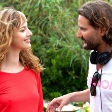 L'amore dura tre anni: la bellissima Louise Bourgoin sul set del film col regista Frédéric Beigbede