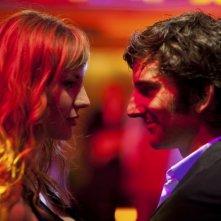 L'amore dura tre anni: Louise Bourgoin e Gaspard Proust si guardano intensamente in una scena