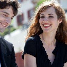 L'amore dura tre anni: Louise Bourgoin sorride insieme a Gaspard Proust in una scena del film