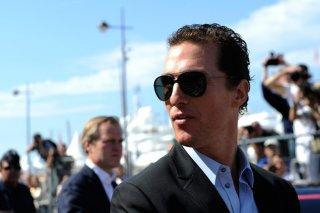 Matthew McConaughey in un primo piano mentre percorre la Croisette