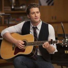 Matthew Morrison in una scena dell'episodio Il giorno del diploma, della serie Glee