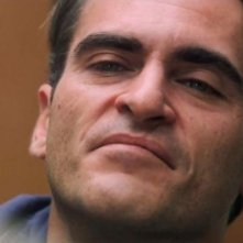 Un primo piano di Joaquin Phoenix in The Master